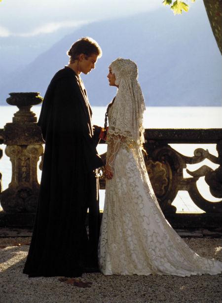 Trong bộ phim Star Wars: Episode II, nữ diễn viên Natalie Portman đã diện bộ váy cưới tuyệt đẹp với voan trùm đầu đồng bộ.