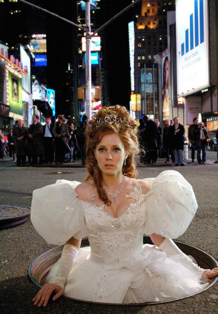 Hóa thân thành nàng công chúa trong phim Enchanted, Amy Adams diện bộ váy cưới đậm chất cổ tích với tay bồng nổi bật.