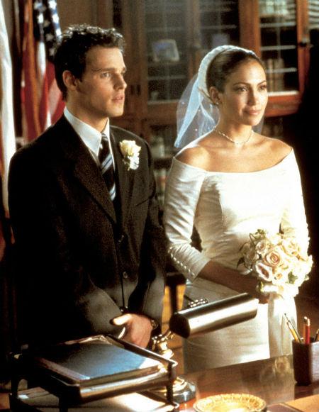 Jennifer Lopez với bộ váy cưới vô cùng đơn giản mà quyến rũ, giúp cô khéo léo khoe vai trần trong phim The Wedding Planner.