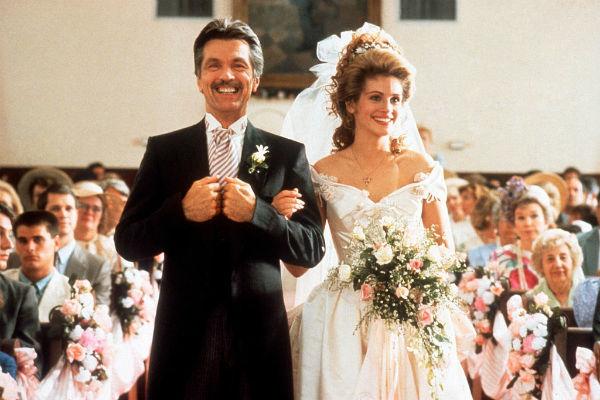 Bên cạnh đó, trong bộ phim Steel Magnolias, Julia Roberts cũng diễn váy gợi cảm và cuốn hút, kèm theo những bông hồng làm điểm nhấn.