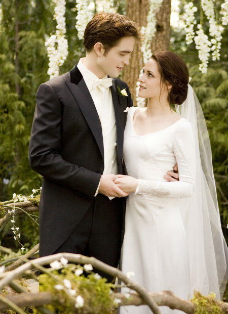 Các fan của bộ phim The Twilight chắc chắn sẽ không thể quên hình ảnh đám cưới lãng mạn của cặp đôi Bella và Edward. Nữ diễn viên Kristen Stewart diện váy trắng đơn giản nhưng tinh tế và thu hút người xem.