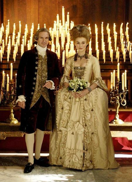 Trong bộ phim The Duchess, người đẹp Keira Knightley trở thành cô dâu thời Trung cổ với váy bồng mang những đường viền ren hoa đẹp mắt.