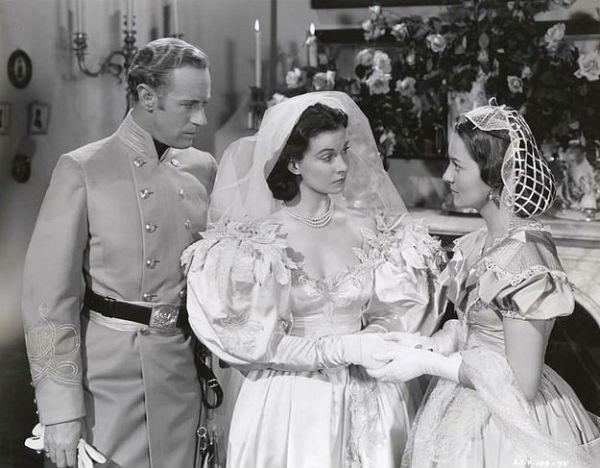 Huyền thoại điện ảnh Elizabeth Taylor hóa thành cô dâu xinh đẹp với váy tay bồng trong bộ phim kinh điển Gone with the Wind.