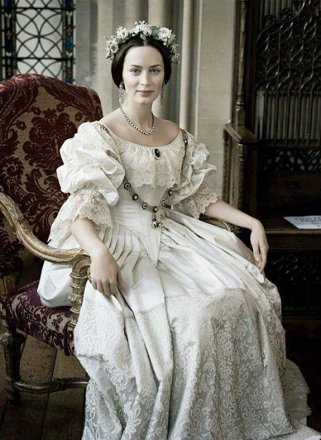 Emily Blunt mang đậm nét đẹp cổ điển với bộ váy cưới hoàng gia trang nhã trong phim The Young Victoria.