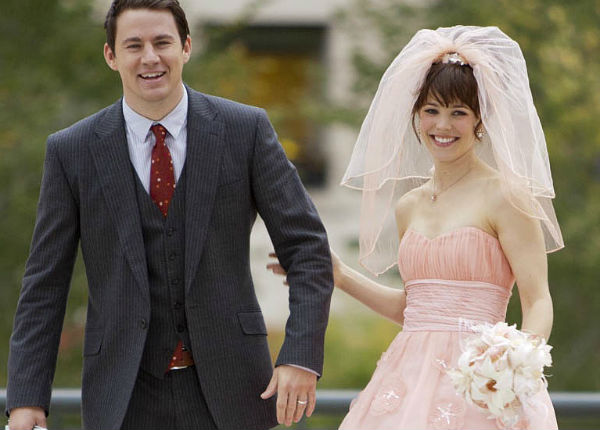 Ngôi sao xinh đẹp Rachel McAdams quyến rũ và nhẹ nhàng với bộ váy cưới hồng nude tinh tế trong phim tình cảm The Vow.
