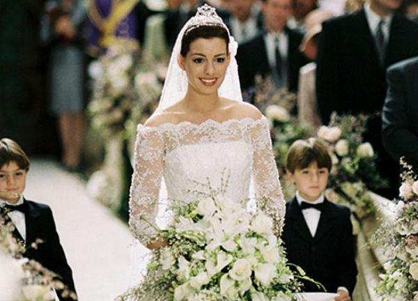 Anne Hathaway hóa thành nàng công chúa Disney, diện váy cưới hoàng gia vừa cổ điển vừa mang nét trẻ trung trong phim The Princess Diary phần 2.