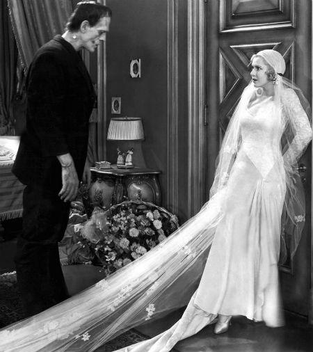 Mặc dù là một bộ phim câm kinh điển nhưng Frankenstein vẫn thu hút người xem bởi nhiều hình ảnh đen - trắng thú vị. Trong đó, có cảnh nàng Elizabeth (do Mae Clarke vào vai) diện bộ váy cưới tinh tế trước quái vật Frankenstein.