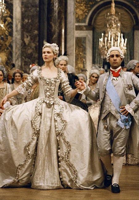 Lấy bối cảnh thời Trung cổ, bộ phim Marie Antoinette có cảnh nữ diễn viên Kirsten Dunst mặc bộ váy cưới cổ điển với tông màu nâu trầm nhã nhặn.