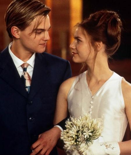 Trong bộ phim Romeo and Juliet, nữ diễn viên Claire Danes vào vai chính Juliet mang bộ váy cưới đơn giản nhưng thể hiện vẻ đẹp tinh khiết, bên cạnh Romeo do Leonardo Dicaprio vào vai.