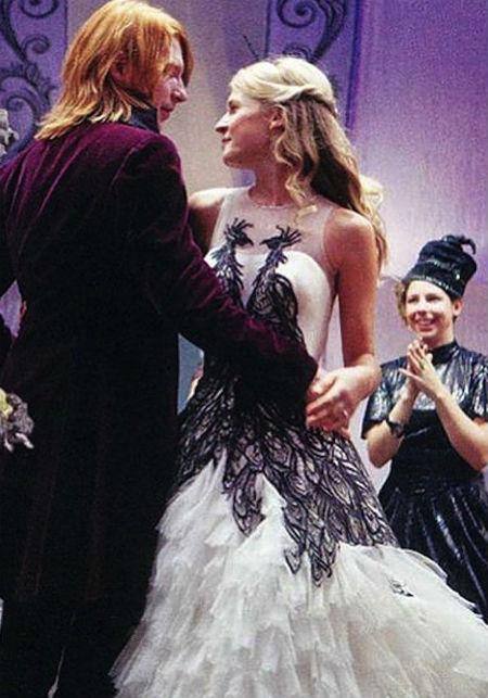 Ở bộ phim Harry Potter phần đầu, NTK Jany Temime đã thiết kế bộ váy cưới ấn tượng cho nhân vật Fleur Delacour (do Clémence Poesy vào vai), với hình ảnh hai con công và chân váy xòe như đuôi công.