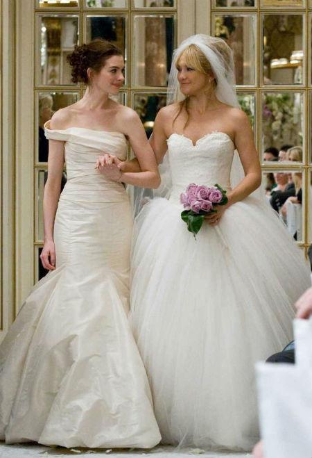 NTK Vera Wang là người đã thiết kế nên hai bộ váy cưới tuyệt đẹp cho nữ diễn viên Anne Hathaway và Kate Hudson trong bộ phim Bride Wars.