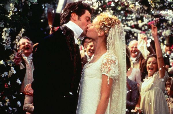 Chiếc váy cưới satin nhẹ nhàng với tay ren và voan mang họa tiết hoa nhí của Gwyneth Paltrow là hình ảnh đáng nhớ với nhiều người yêu thích bộ phim Emma.
