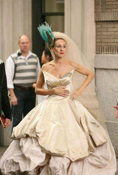 Nhân vật Carrie Bradshaw (do Sarah Jessica Parker vào vai) trong phim Sex and the City diện bộ váy cưới màu nude ấn tượng, mang phong cách cổ tích, do Vivienne Westwood thiết kế.