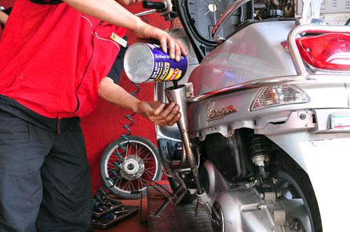 Các chị em thường không chú ý tới việc bảo dưỡng thay dầu xe ga (Ảnh: Trí Thức Trẻ)