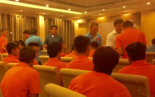 Các tuyển thủ U23 Việt Nam nhận phong bao lì xì từ VFF. Ảnh: NT.