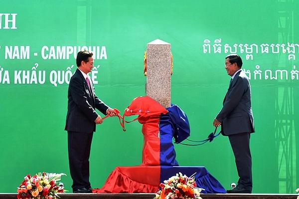 Thủ tướng Nguyễn Tấn Dũng và Thủ tướng Hun Sen cùng mở tấm vải phủ cột mốc số 30. Ảnh: VGP