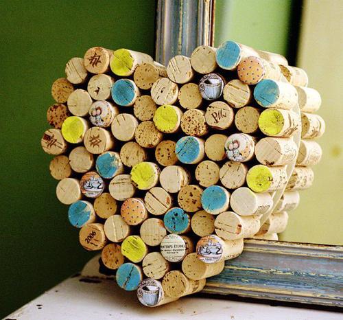 Bạn còn có thể biến những nút chai rượu thành hình trang trí mình muốn.