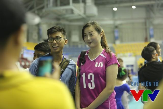 Cô gái Ren Wenqian của Đại học Nam Kinh (Trung Quốc) đã đem lại nụ cười cho nhiều CĐV ở Bạc Liêu.