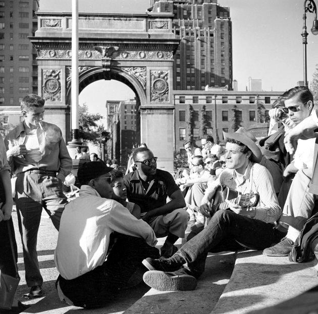 Ca sĩ dòng nhạc dân gian Ramblin Jack Elliott biểu diễn tại Quảng trường Washington năm 1955.
