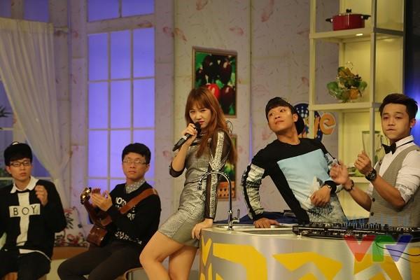 Không chỉ trổ tài diễn xuất, cô nàng còn đem tới chương trình sản phẩm âm nhạc mới nhất của mình - Hương đêm bay xa