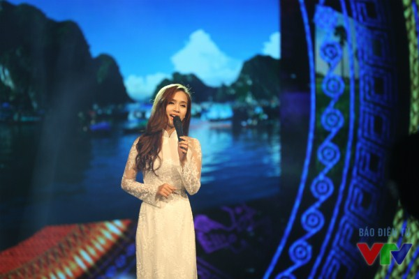 Ái Phương xuất hiện duyên dáng trên sân khấu với tà áo dài trắng