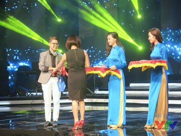 Vũ Cát Tường nhận giải Bài hát yêu thích nhất tháng 2