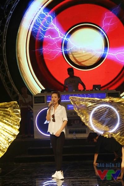 Nữ ca sĩ Đông Nhi cũng tham gia buổi tổng duyệt. Cô sẽ trình bày ca khúc mới Vì ai vì anh
