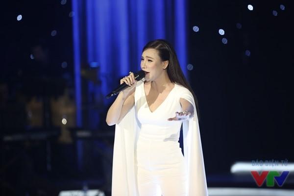Cô trình diễn ca khúc Anh trong Liveshow Bài hát yêu thích tháng 3