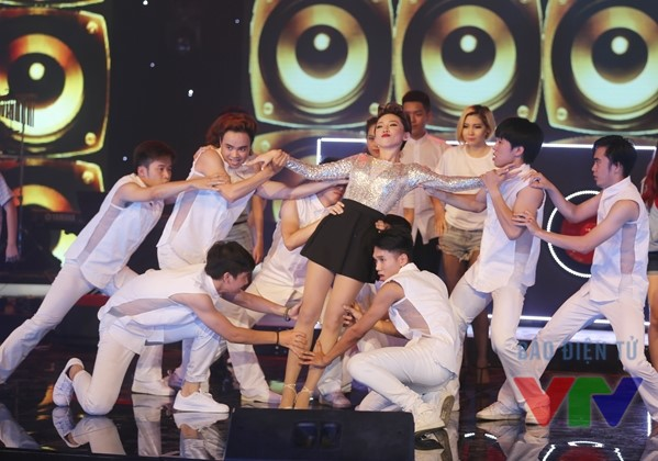 Tóc Tiên trình diễn trong Liveshow Bài hát yêu thích tháng 5