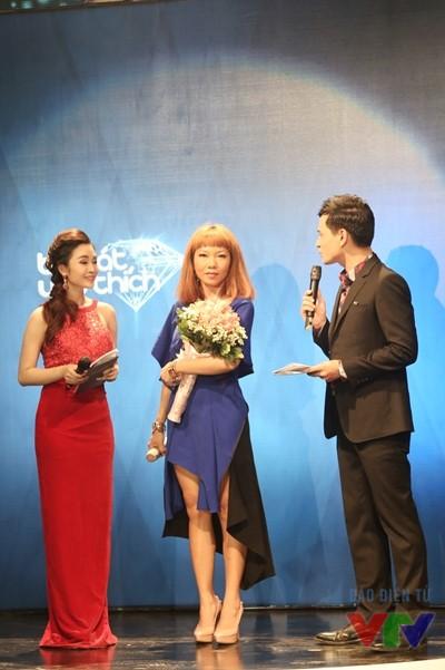 Trần Thu Hà nhận giải Ca sĩ của tháng