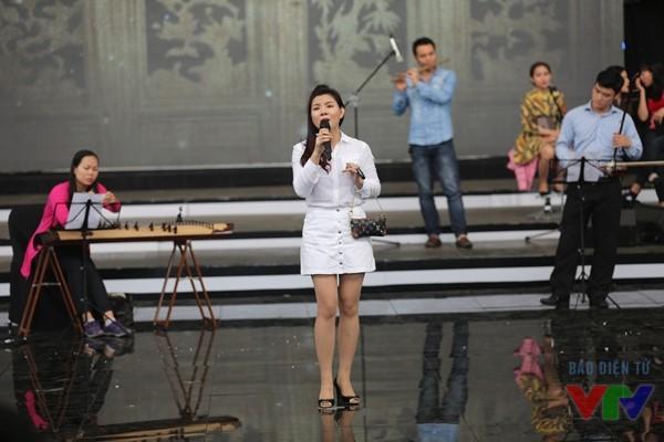 Ngoài Hồ Quỳnh Hương, ca sĩ dân gian Bùi Lê Mận cũng có mặt tại sân khấu sáng nay để chuẩn bị cho tiết mục của mình