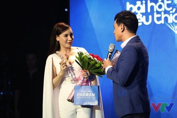 Hồ Quỳnh Hương nhận giải Ca sĩ của tháng