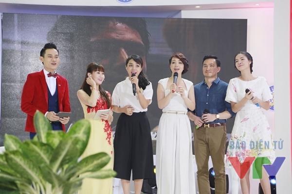 Các diễn viên nữ của bộ phim Những ngọn nến trong đêm 2 thể hiện ca khúc chủ đề của phần 1