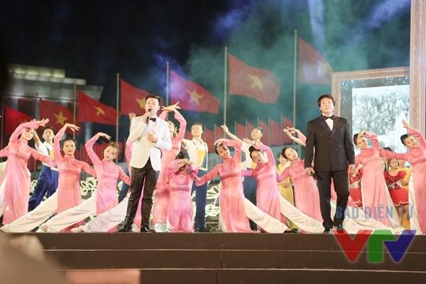 Ca sĩ Vũ Thắng Lợi (trái) cũng là một trong những nghệ sĩ tham gia Cầu truyền hình Hoài bão Hồ Chí Minh