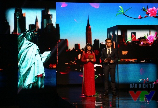 GS Kiều Linh và MC Trần Hạnh Phúc - người giành giải nhất Én vàng 2011.