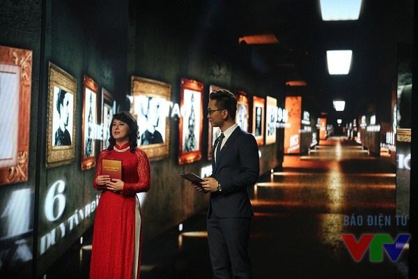 Hai MC chính của chương trình Gala năm nay, trong đó có Giáo sư Sử học Kiều Linh - một người con Việt Nam đang công tác tại tại trường Đại học UC Davis, Mỹ,