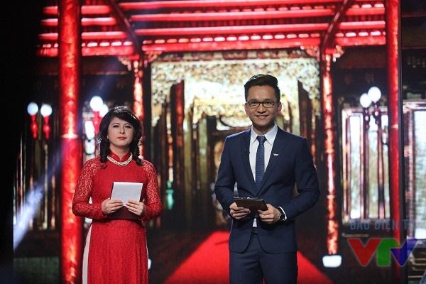 GS Kiều Linh và MC Trần Hạnh Phúc đứng trước bối cảnh dàn dựng theo kiến trúc cung điện triều Nguyễn