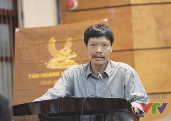 Nhà báo Văn Việt phát biểu tại lễ khai mạc triển lãm ảnh Sông hồ trong xanh, cuộc sống an lành.