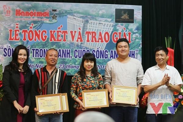 Các tác giả đạt giải Ba trong cuộc thi Sông hồ trong xanh, cuộc sống an lành