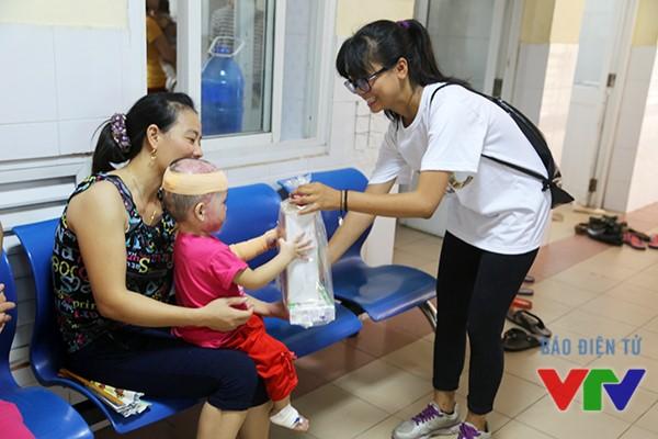 Các thành viên của KHÁC tặng quà cho các em nhỏ tại Viện Bỏng Quốc gia