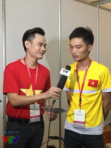 MC Hồng Phúc phỏng vấn một thành viên của đội tuyển Hungyen Techedu - đại diện của Việt Nam tại ABU Robocon 2015.