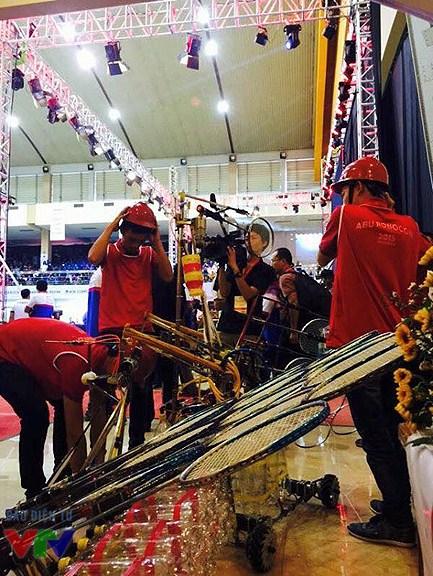 Hungyen Techedu chuẩn bị cho trận đấu quan trọng - Chung kết ABU Robocon 2015.