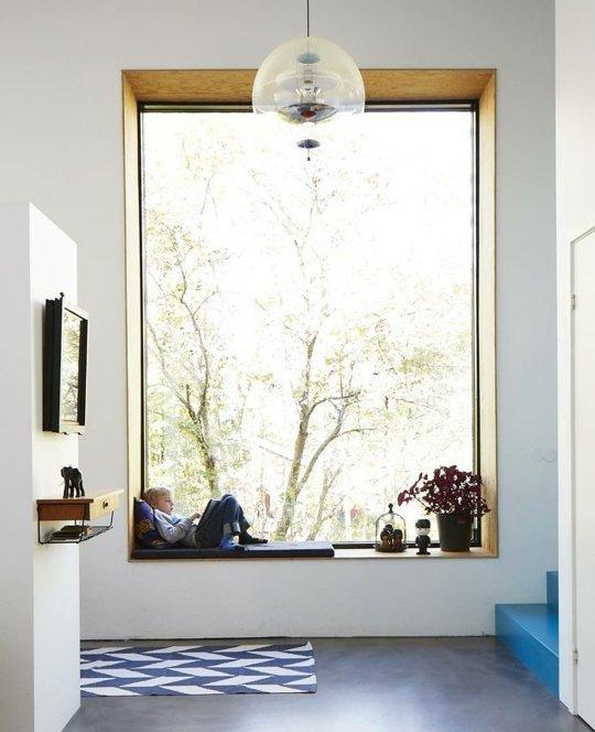 Khung cửa sổ này không cần quá nhiều chi tiết trang trí rườm rà bởi bản thân nó đã là một tác phẩm nghệ thuật