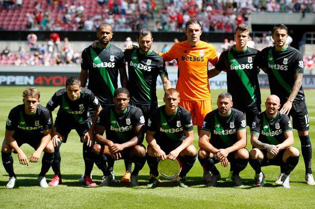 Với trang phục thi đấu sân khách như vậy, Stoke City giống đội ngũ nhân viên bán hàng tạp hóa