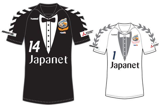 Các bộ Tuxedo luôn khiến người mặc trở nên lịch lãm nhưng việc đưa họa tiết tuxedo lên áo đấu của đội bóng Nhật Bản này là một ý tưởng tồi tệ