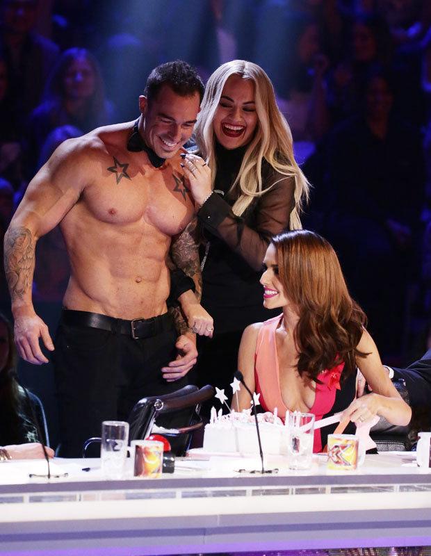 Nữ giám khảo Rita không rời tay khỏi chàng vũ công điển trai.