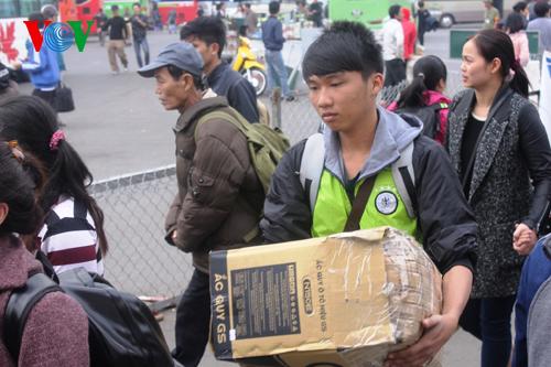 Sinh viên và người lao động trở về Thủ đô với hành trang vali, và nhiều chiếc túi.