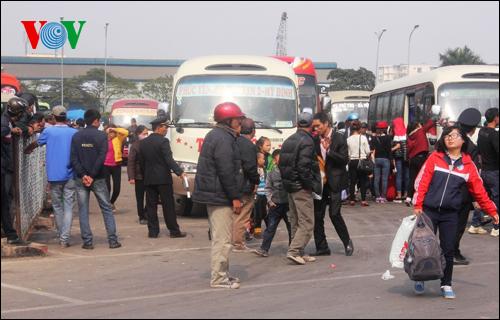 Các bến xe lớn như Mỹ Đình, Giáp Bát đón lượng lớn hành khách từ khắp nơi đổ về sau kỳ nghỉ Tết dương lịch.