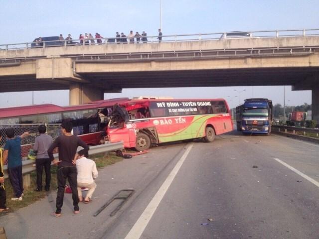 Hiện trường vụ tai nạn giao thông 2 xe khách tông nhau thảm khốc trên đường cao tốc Nội Bài - Lào Cai. (Ảnh: Vietnam+)
