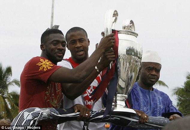Kolo (trái) và Yaya Toure cùng Barca vô địch Champions League.